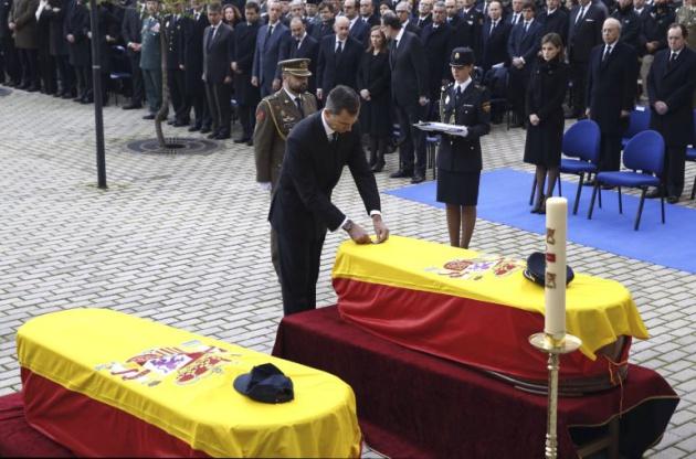 Felipe VI impone la Cruz de Oro al Mérito Policial a título póstumo a los policías fallecidos en el atentado talibán perpetrado en la embajada española en Kabul
