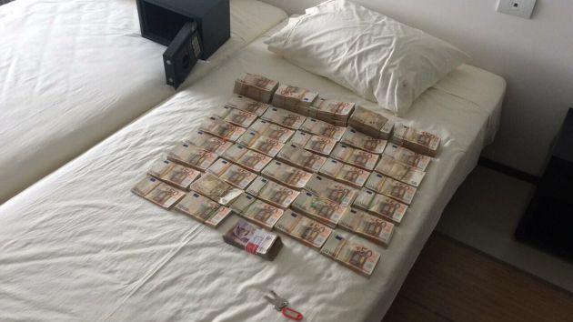 Imagen cedida por la Fiscalía de Colombia del dinero incautado a Edmundo Rodríguez, expresidente de Inassa, filial del Canal de Isabel II en Latinoamérica