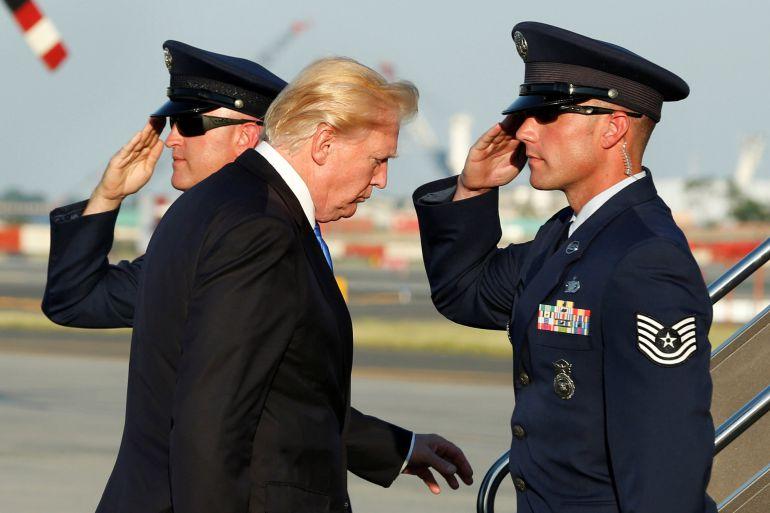 El presidente Trump saliendo del aeropuerto de Newark