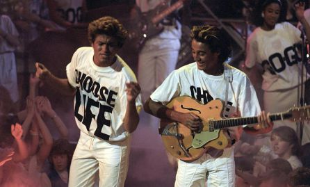 George Michael y Andrew Ridgeley de Wham! con las camisetas 'Choose Life'