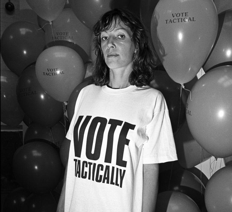 La diseñadora Katharine Hamnett con una de sus camisetas.