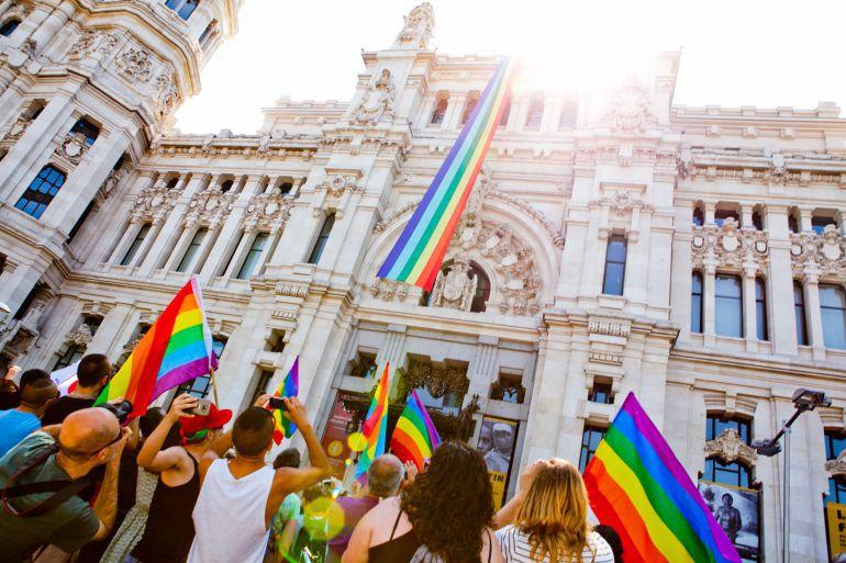 Banderas del orgullo gay en el Ayuntamiento de Madrid