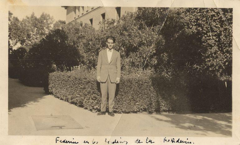 Federico García Lorca en el jardín de las adelfas de la Residencia de Estudiantes, Madrid, 1919. Copia de época. Fundación Federico García Lorca