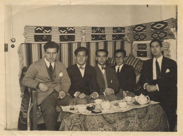 De izquierda a derecha, Louis Eaton-Daniel, Juan Centeno, Federico García Lorca, Emilio Prados y José (Pepín) Bello en una habitación de la Residencia de Estudiantes, Madrid, 1924. Copia de época.