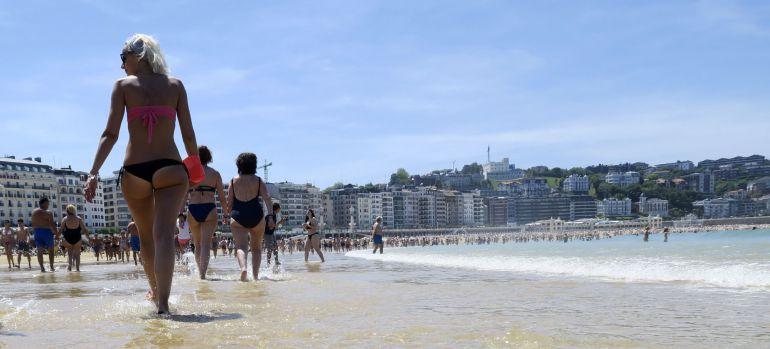 Al sol en la playa de la Concha de San Sebastián.