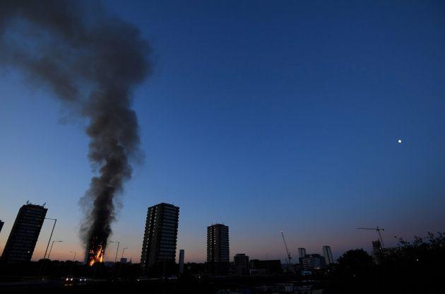 Las llamas y la gigantesca columna de humo son visibles a gran distancia.