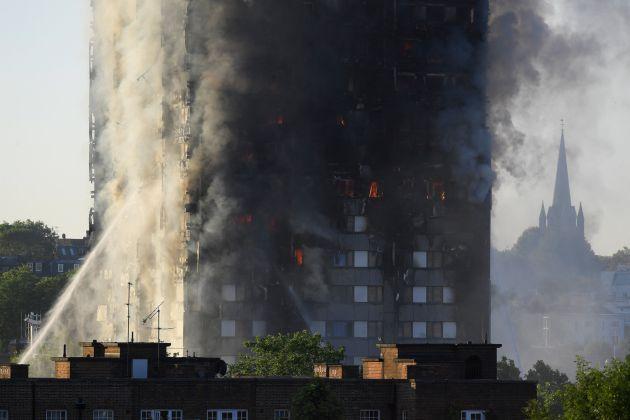 Los bomberos trabajan desde la una de la madrugada en la extinción.