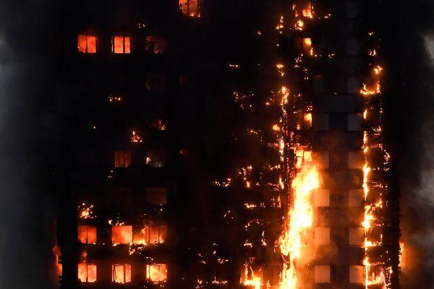 Las llamas afectan a la práctica totalidad del edificio.