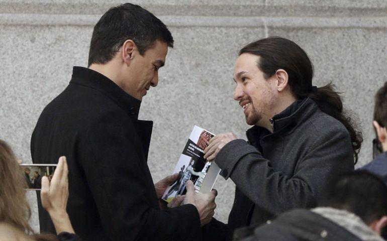 """El líder de Podemos, Pablo Iglesias, obsequia al secretario general del PSOE, Pedro Sánchez, con el libro """"Historia del Baloncesto de España"""""""