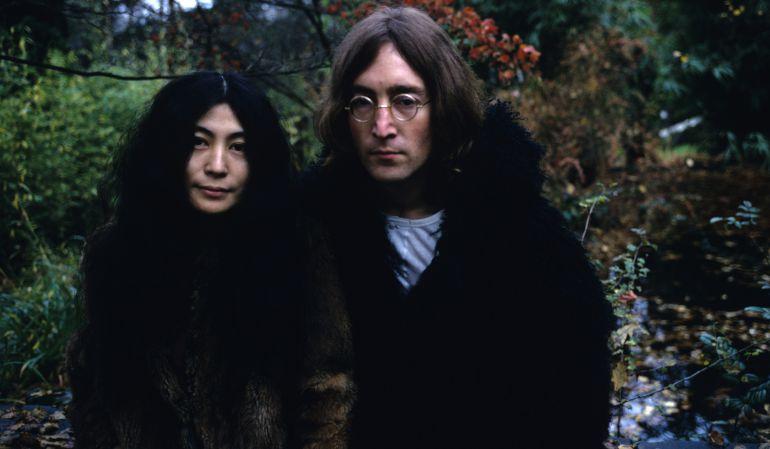 Yoko Ono y John Lennon.