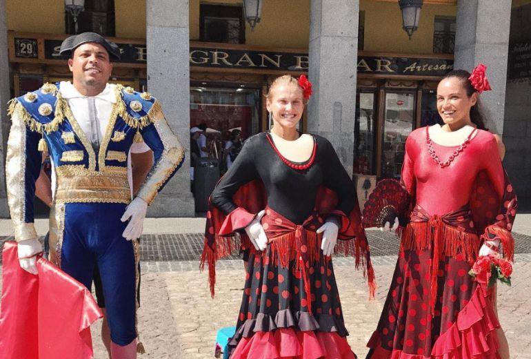 Ronaldo, junto a su novia y una amiga, en la Plaza Mayor de Madrid