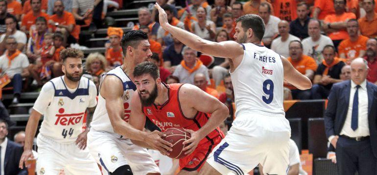 Dubljevic supera la defensa de Ayón y Felipe Reyes
