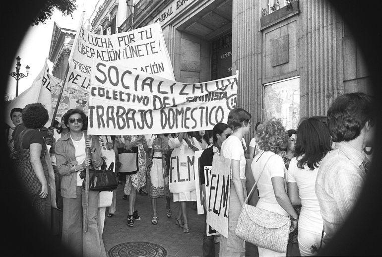 Numerosas militantes de grupos feministas se manifestaron ante el palacio de las Cortes, momentos antes de iniciarse las sesiones de constitución de las Cámaras del Congreso y Senado, en demanda del aborto libre y gratuito, así como de la liberalización del uso de anticonceptivos