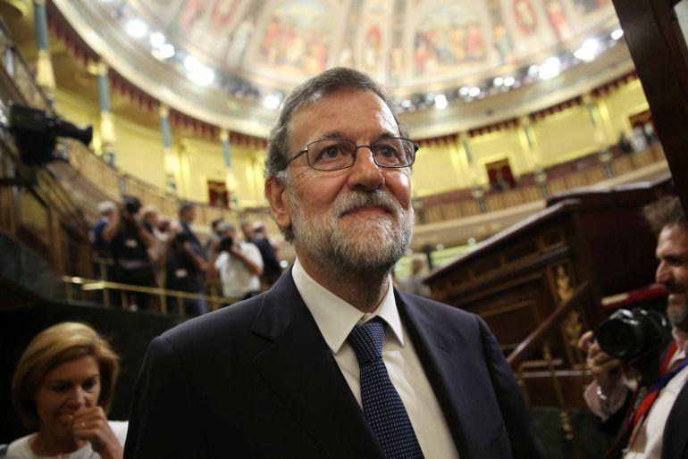 El presidente del Gobierno, Mariano Rajoy, abandona el Congreso tras el debate de la moción de censura