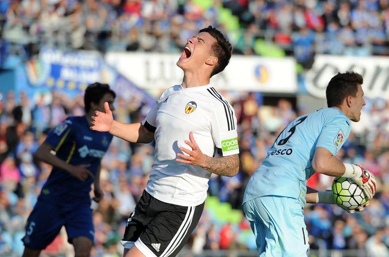 Santi Mina, durante un partido con el Valencia