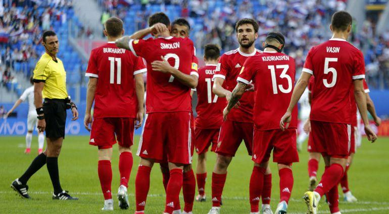 Los jugadores rusos celebran el segundo gol ante Nueva Zelanda