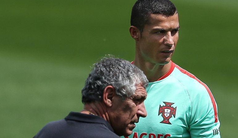 Fernando Santos dialoga con Cristiano Ronaldo durante un entrenamiento