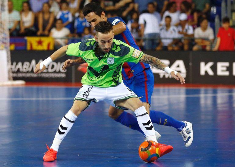 Adolfo (Barça) y Rivillos (Inter), luchan por un balón.