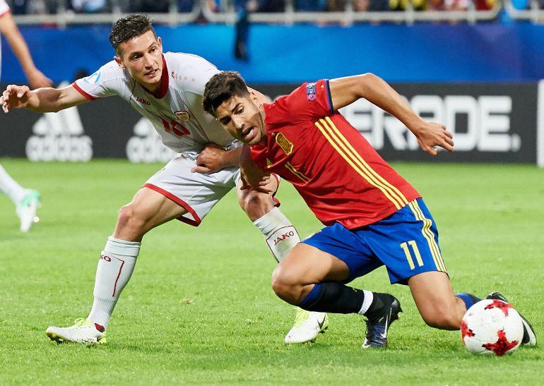 Marco Asensio es defendido por el macedonio David Babunski