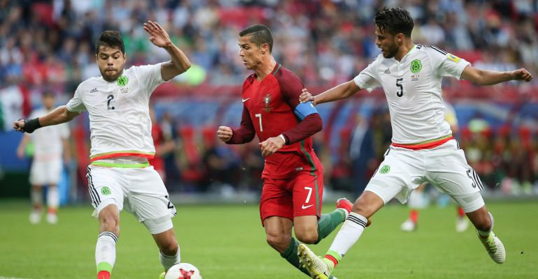 Cristiano Ronaldo trata de marcharse de dos zagueros mexicanos
