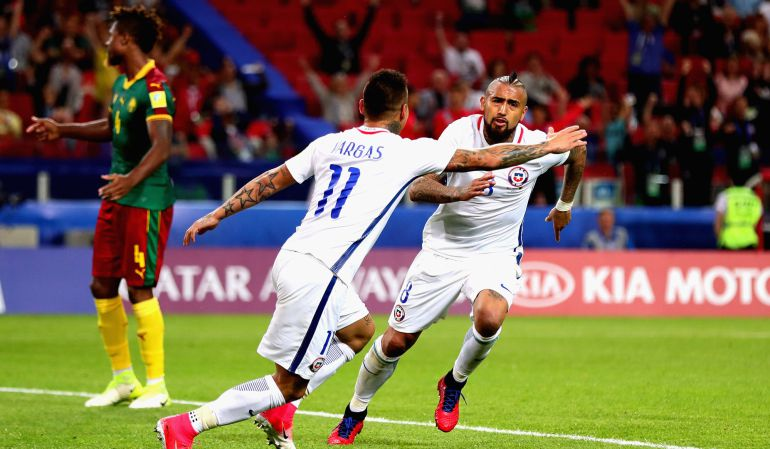 Arturo Vidal celebra su gol ante Camerún