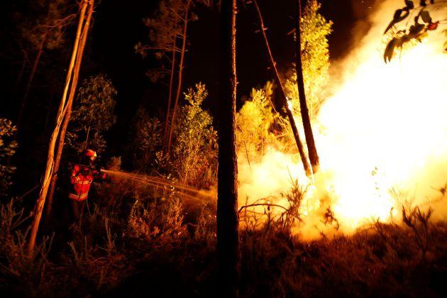 Los bomberos trabajan para contener las llamas en el incendio desatado en el centro de Portugal.