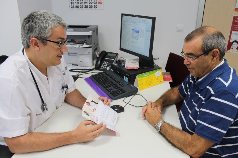 Un oncólogo de Hospital del Vinalopó, en Valencia, recomienda vigilar la próstata a un hombre mayor de 50 años coincidiendo con el Día Europeo de la Salud Prostática.