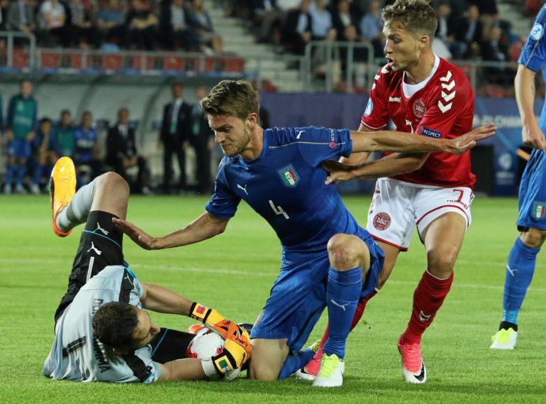 Gianluigi Donnarumma y Daniele Rugani (Italia) contra Andrew Hjulsager (Dinamarca) durante un partido de la UEFA sub-21.