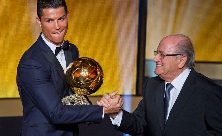 Cristiano recibe el Balón de Oro de 2014 de manos de Joseph Blatter.