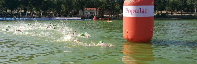 Los triatletas nadan en la Casa de Campo de Madrid