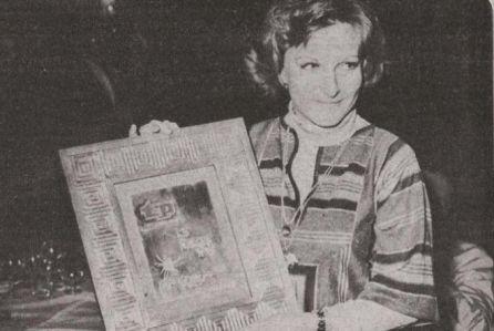 Imagen de la dobladora recogiendo un premio por su trabajo en Heidi.
