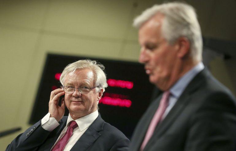 El secretario de Estado británico para la salida de Reino Unido de la Unión Europea (UE), David Davis (i) y el negociador jefe de la UE para el 'brexit', Michel Barnier