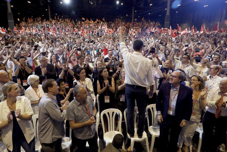 Pedro Sánchez, nuevo secretario general del PSOE, saluda a delegados y simpatizantes durante el acto de clausura del Congreso Federal del partido, celebrado hoy en Madrid.