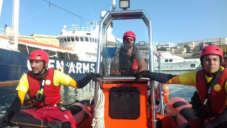 Los voluntarios de Proactiva Open Arms se preparan para los futuros rescates.