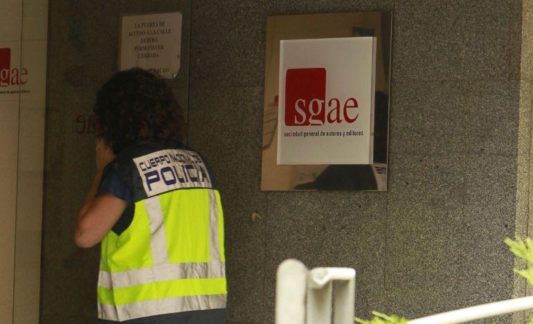 Efectivos policiales en la sede de la SGAE durante una operación contra el fraude en el cobro de derechos de autor de piezas musicales que se emitían en cadenas de televisión