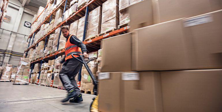 La directiva europea dispone que todos los trabajadores deben disfrutar, por cada período de siete días, de un período mínimo de descanso ininterrumpido de 24 horas, a las que se añadirán las 11 horas de descanso diario.