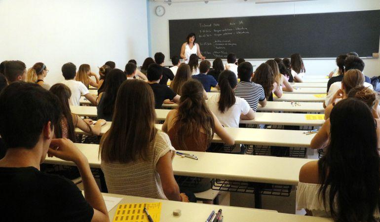 Alumnos preparándose para la selectividad.
