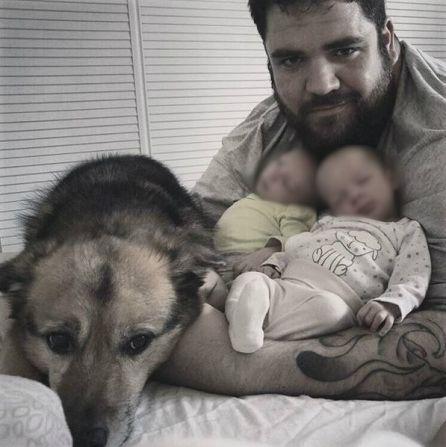 Marcos, junto a sus mellizos y a su perro Pluto.