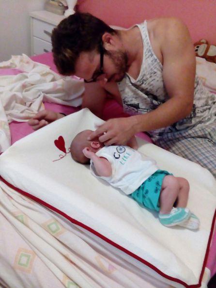 Jorge, con su bebé recién nacido.