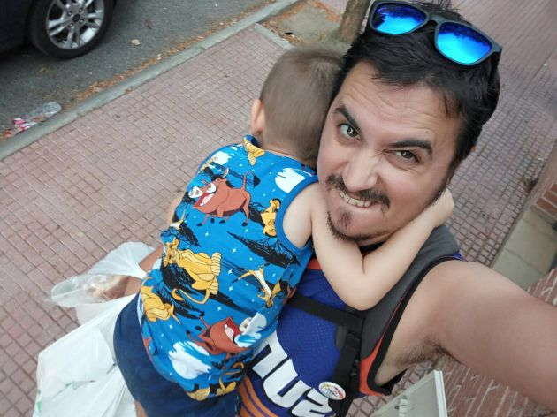 Raúl pone cara de papá cavernícola.