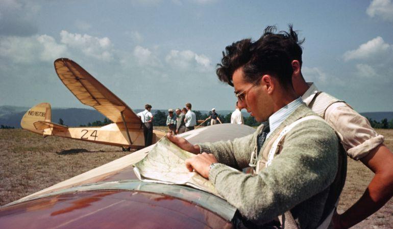 Dos pilotos observan un mapa en Nueva Jersey.