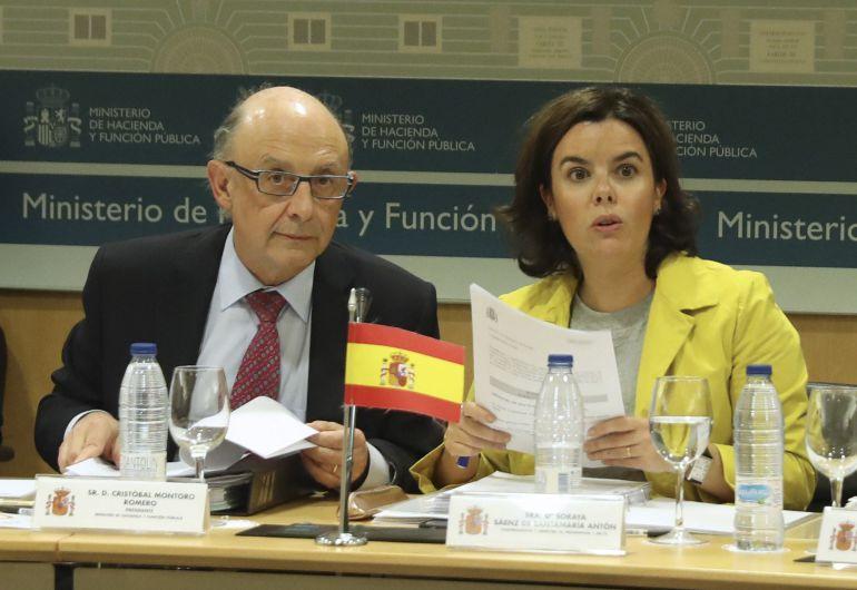 La vicepresidenta del Gobierno, Soraya Sáenz de Santamaría y el ministro de Hacienda, Cristóbal Montoro, durante la reunión que celebra el Consejo de Política Fiscal y Financiera