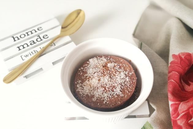 Mugcake (o bizcocho en taza) de plátano y chocolate.