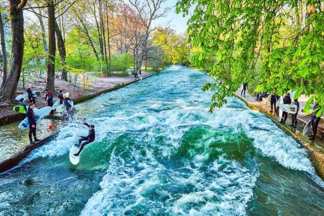 Surfistas disfrutando de la ola en el centro de Munich.