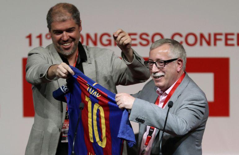 El nuevo líder de CCOO, Unai Sordo, regala una camiseta del FC Barcelona a su antecesor en el cargo, Ignacio Fernández Toxo