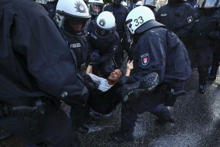 Policía alemana deteniendo a uno de los manifestantes.