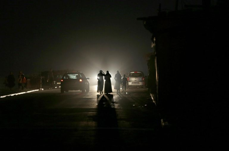 Palestinos caminan en una calle del campo de refugiados de Al Shateaa durante un corte de energía hoy, miércoles 28 de junio de 2017, en la Ciudad de Gaza (Franja de Gaza). Los residentes de Gaza, que alberga a 1,8 millones de personas, experimentan unos 20 cortes de electricidad por día.