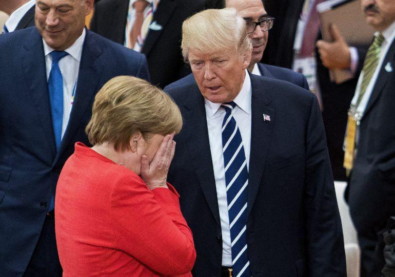 El presidente estadounidense, Donald J. Trump (d) ,conversa con la canciller alemana, Angela Merkel (i), durante la sesión plenaria de la cumbre de líderes de estado y gobierno del G20, en Hamburgo