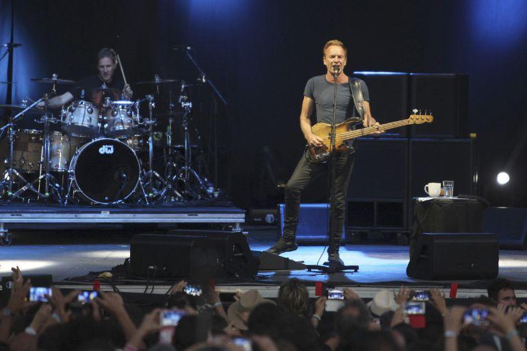El músico, compositor y cantante británico Gordon Matthew Sumner 'Sting' durante su actuación esta noche en la XII edición del Festival Músicos en la Naturaleza