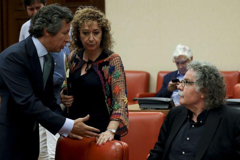 El portavoz de ERC, Joan Tardà (d), y el portavoz adjunto del PP Carlos Floriano (i), momentos antes del inicio de la reunión de la Diputación Permanente del Congreso, en la que se aprobará el orden del día del pleno de la semana